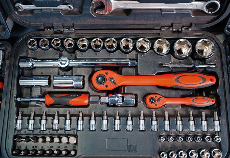 Caja de herramientas con cabezales de trinquete en el primer plano de la tienda de herramientas